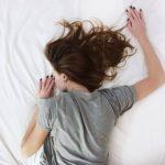 睡眠不足のまま働くと出る症状で体調が悪くなる。